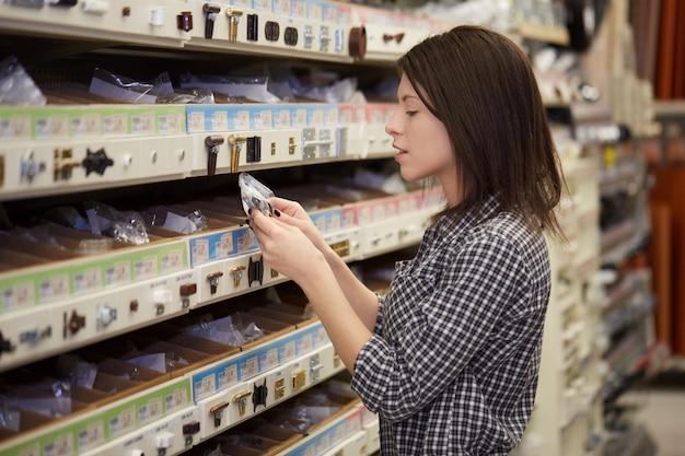 Mulher comprar na loja de ferragens