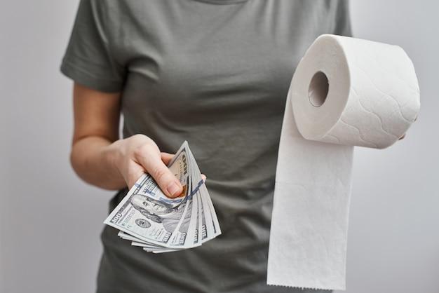 Mulher comprar rolo de papel higiênico. coronavirus covid-19 pânico conceito, estocando papel higiênico para uma quarentena em casa