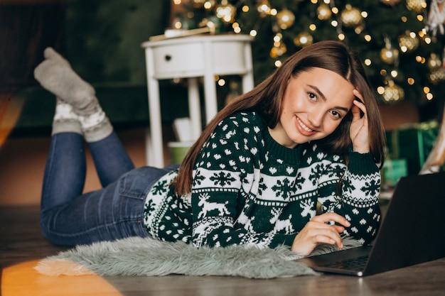 Mulher compras on-line nas vendas de natal