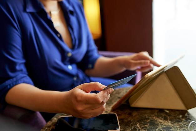 Mulher compras on-line