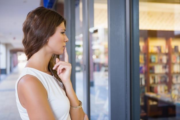 Mulher concentrada olhando a janela