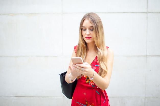 Mulher concentrada sempre verificando o smartphone