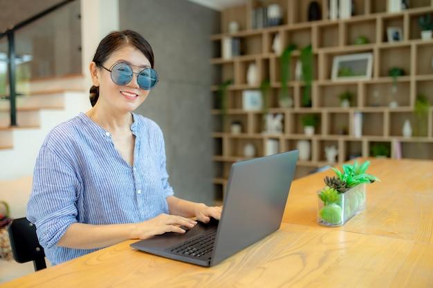 Mulher concentrada trabalhando em um laptop
