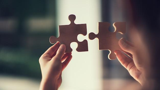 Mulher conectando quebra-cabeças, fotos através de vidro, soluções de negócios, sucesso e conceito de estratégia.