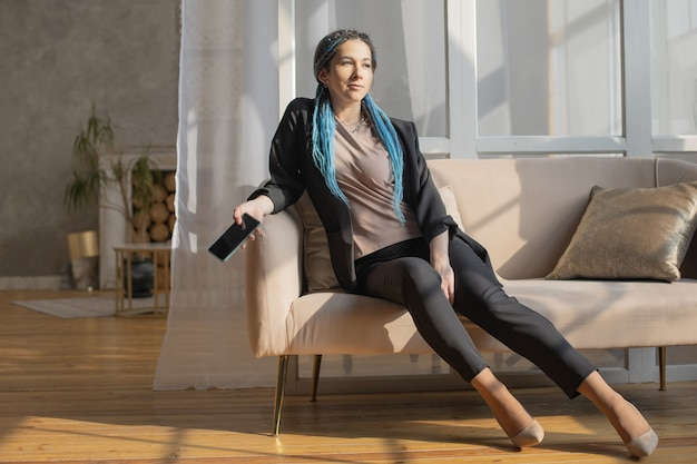 Mulher confiante e hipster conversando, surfando na internet, usando smartphone, digitando mensagem aplicativo móvel