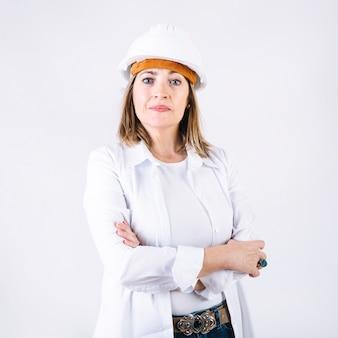 Mulher confiante no capacete