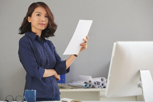 Mulher confiante no escritório