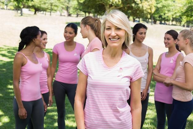 Mulher confiante que apóia a consciência do câncer de mama