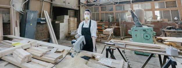 Mulher confiante trabalhando como carpinteira em sua própria marcenaria. carpintaria interior