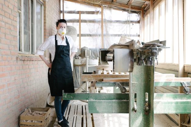 Mulher confiante trabalhando como carpinteira