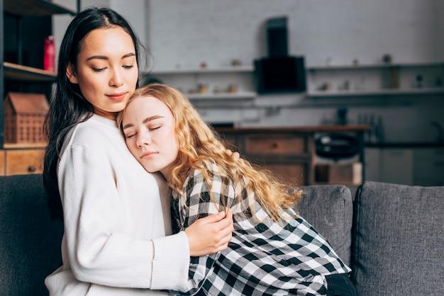 Mulher, confortando, amigo feminino