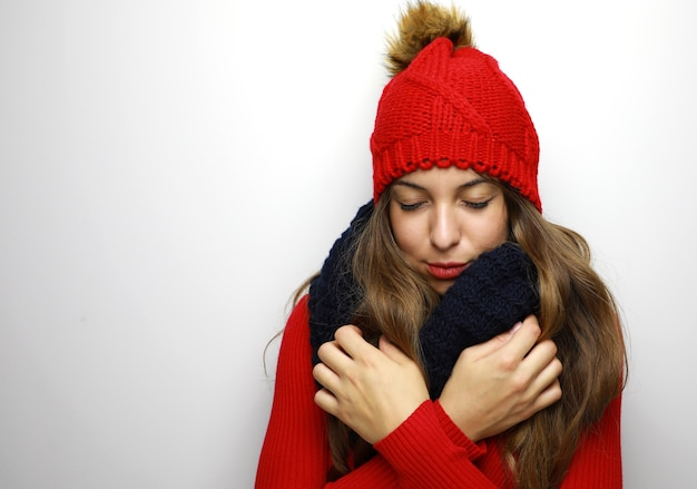 Mulher congelando em um pano de inverno isolada