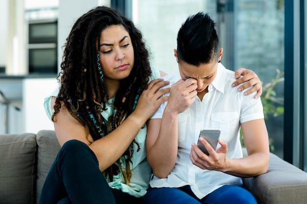 Mulher consolar seu parceiro na sala de estar