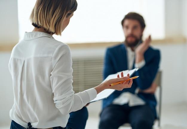 Mulher consulta homem psicologia depressão trabalho de comunicação