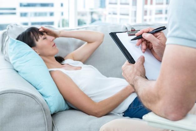 Mulher, consultar, um, terapeuta, em, a, clínica, e, terapeuta, anote notas