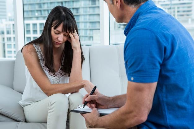 Mulher, consultar, um, terapeuta, em, clínica