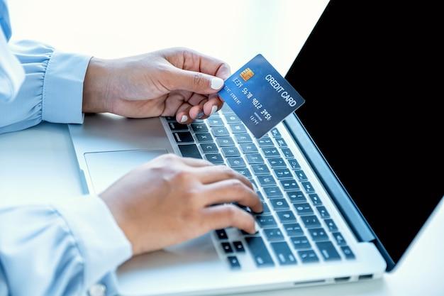 Mulher consumidora segurando cartão de crédito simulado pronto para gastar, pagar compras online de finanças