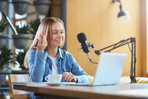 Mulher contando informações no laptop em uma transmissão ao vivo