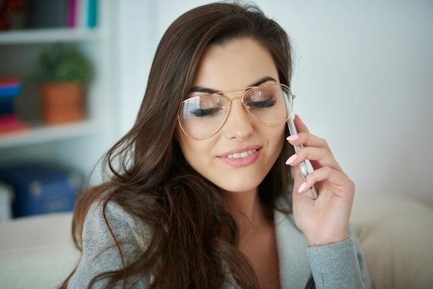 Mulher conversando ao telefone