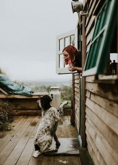Mulher conversando com o cachorro