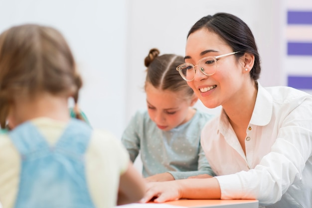 Mulher conversando com os alunos durante a aula