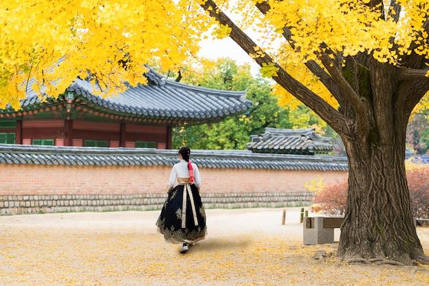 Mulher coreana asiática vestida hanbok no vestido tradicional caminhando em seul, coreia do sul