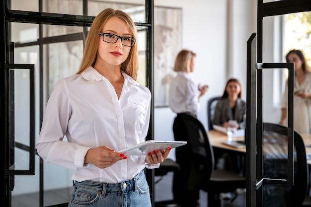Mulher corporativa vista frontal com tablet