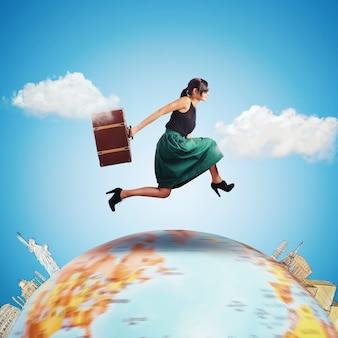 Mulher corre com uma mala pelo mundo