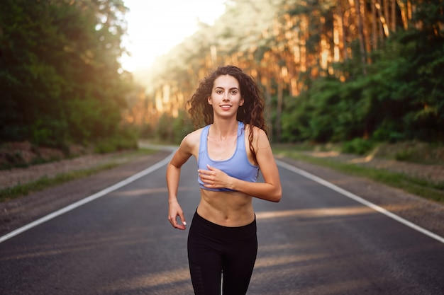 Mulher correndo ao ar livre