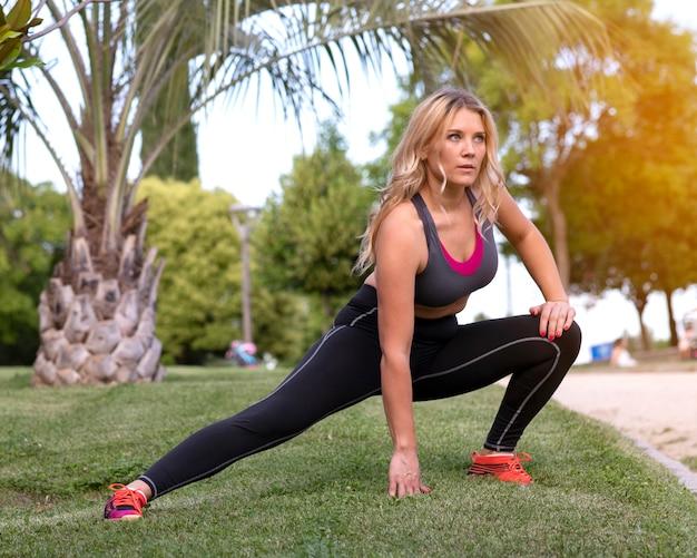 Mulher correndo faz esportes ao ar livre