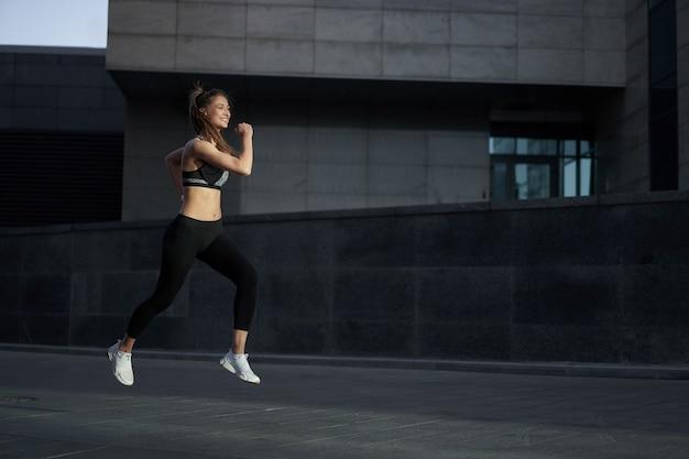 Mulher correndo fundo de rua urbana de cidade