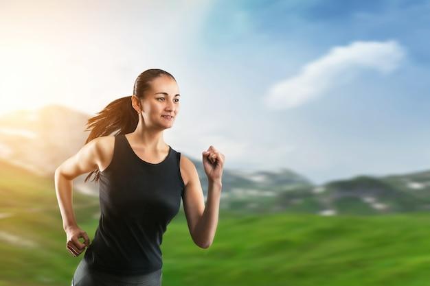 Mulher correndo na grama verde