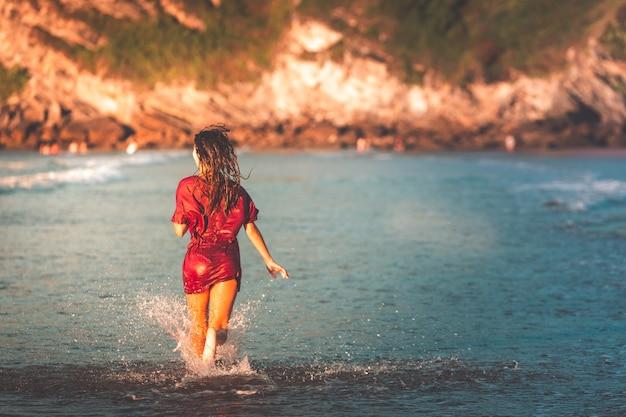 Mulher correndo na praia de zarautz.