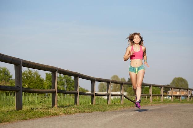 Mulher correndo no parque