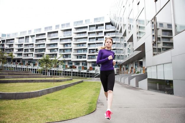 Mulher correndo no prédio de 8 casas em copenhague - dk