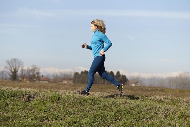 Mulher correndo nos campos