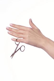 Mulher corta uma tesoura de unhas, close-up.