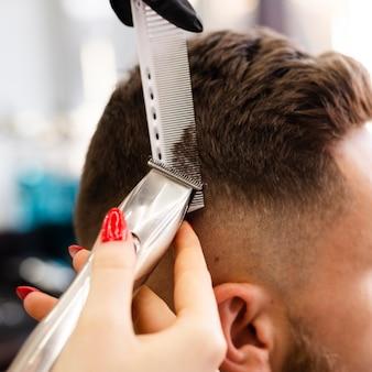 Mulher cortando close-up do cabelo do seu cliente