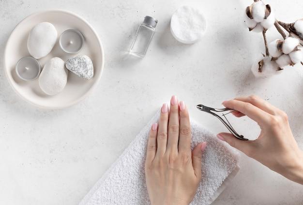 Mulher cortando suas cutículas em casa