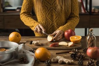 Mulher, corte, maçãs