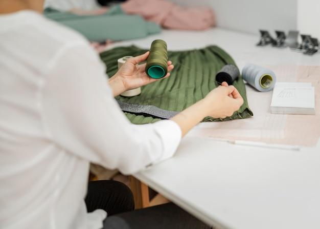 Mulher costurando saia manual