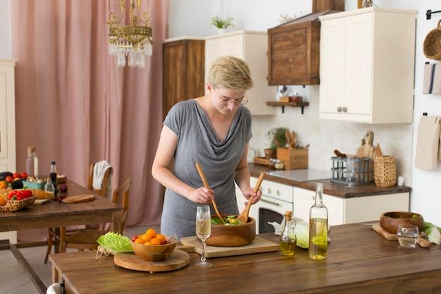 Mulher cozinhando comida saudável na cozinha
