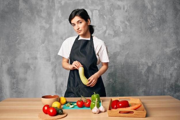 Mulher cozinhando comida saudável tábua de cortar