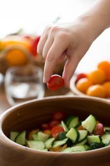 Mulher cozinhando comida saudável