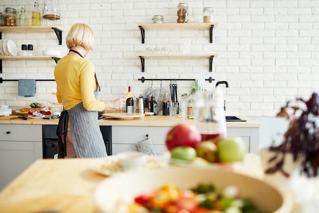 Mulher cozinhando cozinha