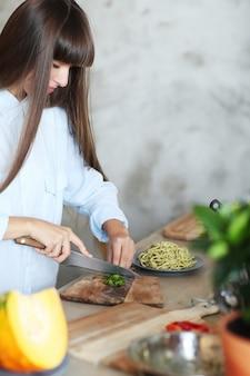 Mulher cozinhando na cozinha
