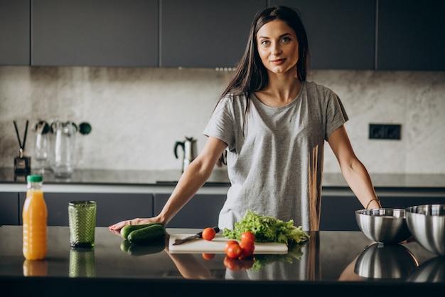 Mulher cozinhando o almoço em casa