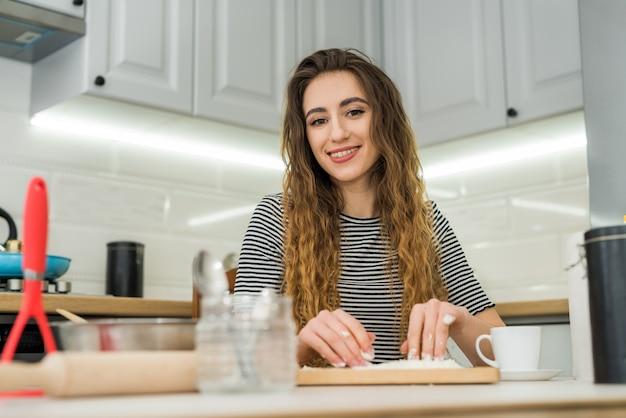 Mulher cozinhando padaria comer, misturar ingredientes: farinha, ovos, óleo e outros.