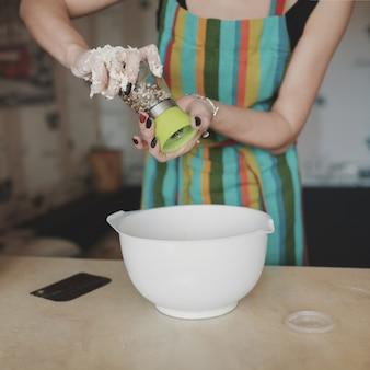 Mulher cozinhando pizza na cozinha
