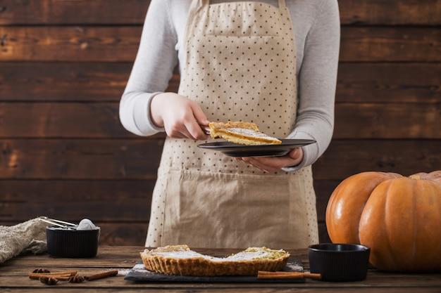 Mulher cozinhando torta de abóbora